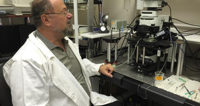 Científico ruso intenta reducir los efectos secundarios de la enfermedad del Parkinson en puertorriqueños